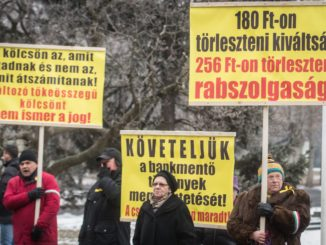 Devizahitel-károsultak demonstrálnak Orbán Viktor miniszterelnök érkezésekor Szegeden   MTI Fotó: Ujvári Sándor